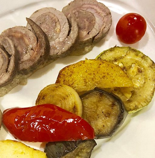 Рулет шартрез из куриной грудки и телятины с паровыми овощами микс – 300 гр.